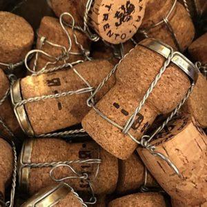 grote hoeveelheid kurken met capsule en muselet