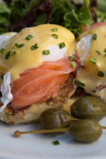 egges benedict met toast, zalm, gepocheerd ei en hollandaise saus