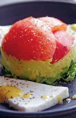 Avocado met tomaat en geitenkaas
