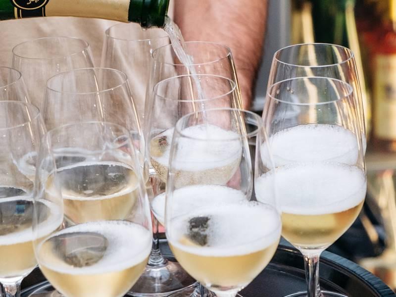 dienblad met wijnglazen met bubbels