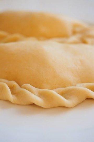 nog ongebakken empanada met gekrulde rand
