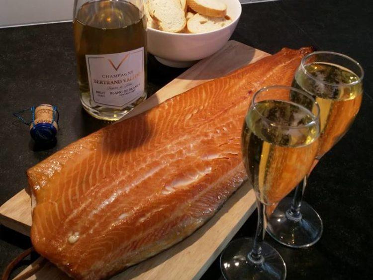 gerookte zalm met stokbrood, champagne en 2 glazen champagne
