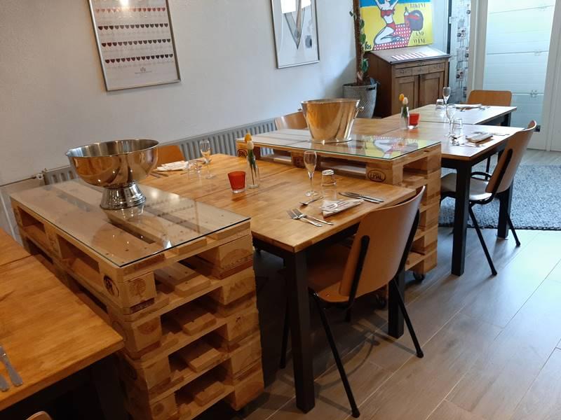 coronaproof tafels in de bubbelsclub proefruimte