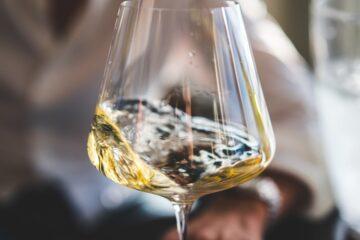 Duitse witte wijn in glas met wazige achtergrond