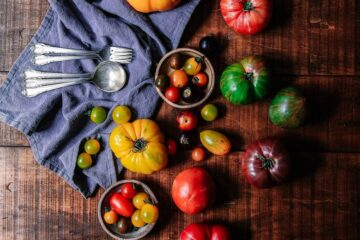 verschillende tomaat varianten op een houten tafel