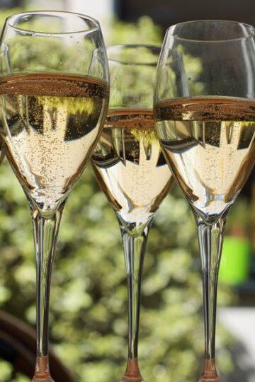 vier flutes champagne tegen wazige achtergrond