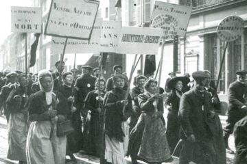 zwart wit foto van groep mensen, met name vrouwen, die protesteren tegen de champagne wetgeving